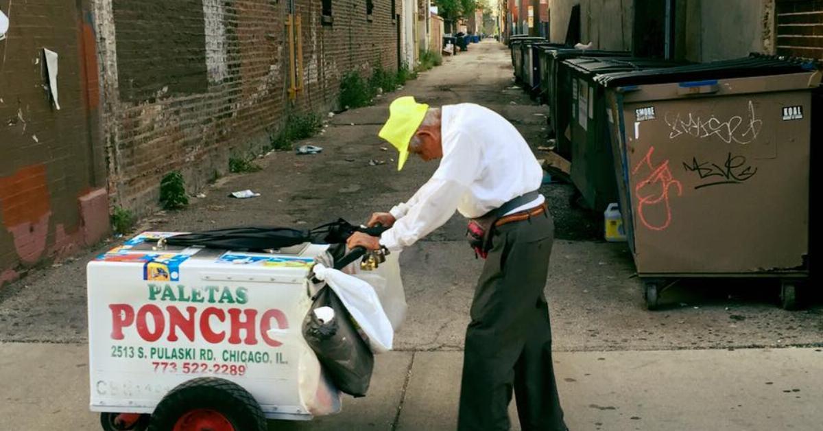 Der Mann postet das Foto des buckligen 89-jährigen Eisverkäufers auf Facebook. Was 3 Tage später geschieht, macht ihn immer noch sprachlos.