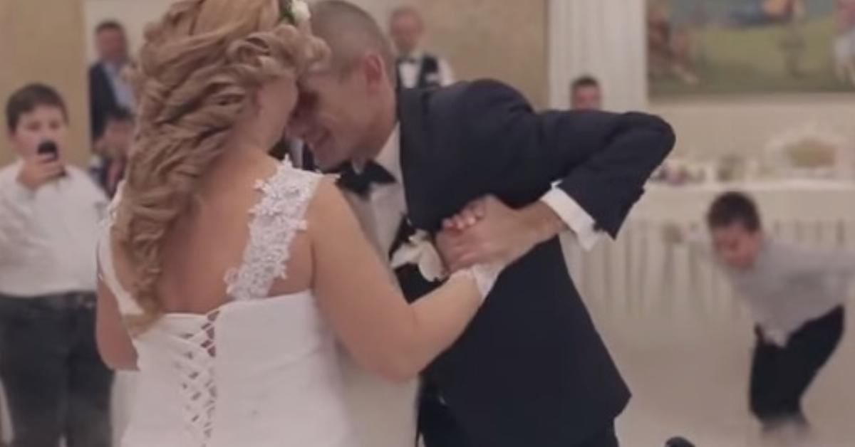 Der Bräutigam im Rollstuhl führt die Braut zum 1. Tanz. Doch bei 1:21 sorgt er für die Überraschung des Abends.