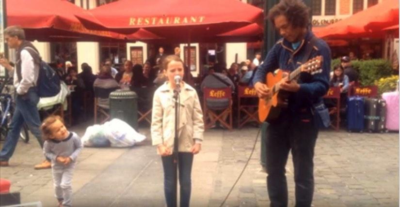 """Das Mädchen begleitet einen Straßenmusikanten und singt """"Ave Maria"""" – das Ergebnis gibt uns Gänsehaut"""