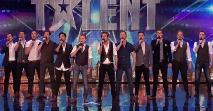 12 Männer stehen still auf der Bühne. Als die Musik beginnt… ERGREIFEND!