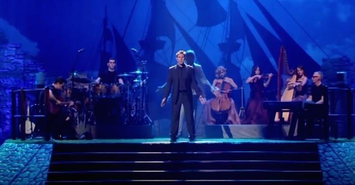 Das Publikum ist bereits in Tränen als er singt, doch dann kommt noch jemand aus dem Schatten nach vorne…
