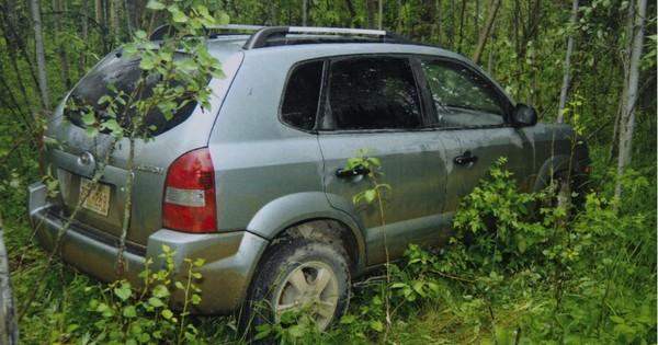 Zwei Teenager entdecken dieses verlassene Auto im Wald – als sie auf den Sitz schauen, wird ihnen klar, dass hier etwas schlimmes passiert ist!