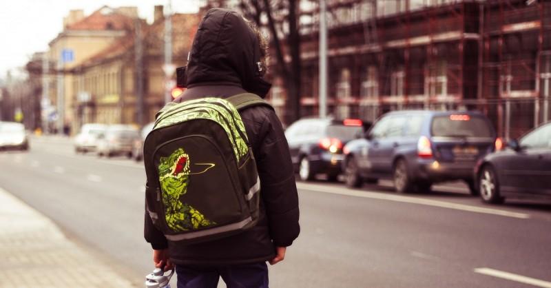 Darum solltest du auf der Schultasche deines Kindes auf ein ganz bestimmtes Detail achten.