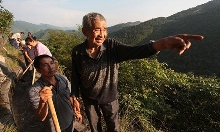 Er grub 36 Jahre lang in einen Berg hinein, um Wasser für sein Dorf zu bekommen