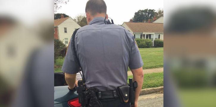 Frau wird von der Polizei wegen ihrem Rücklicht angehalten – dann nimmt die Kamera etwas Unerwartetes auf!
