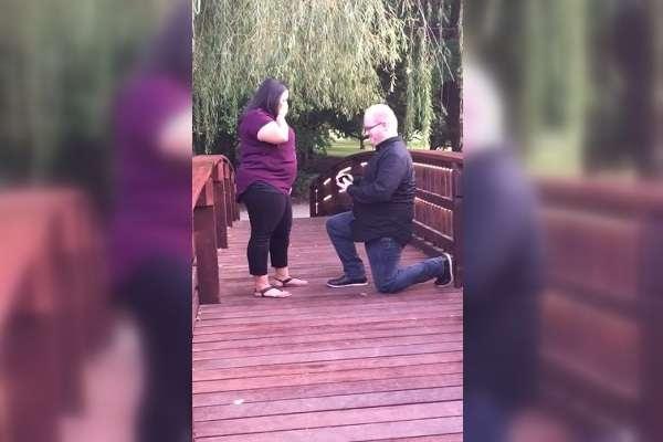 Verlobung ins Wasser gefallen: Mann verliert bei Antrag auf Brücke Ring