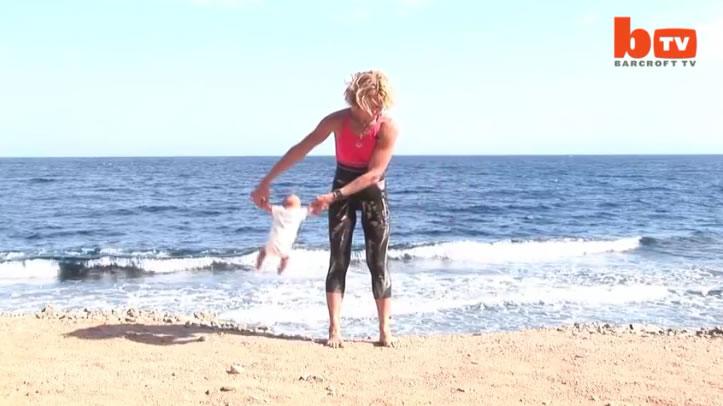 Ich konnte kaum glauben, was diese Frau mit ihrem Baby tut. Sie packt es an seinen Armen und macht DIES.