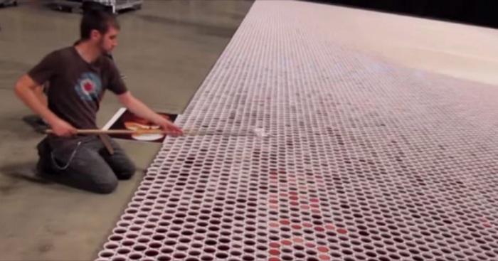 Künstler füllt 66.000 Kaffeebecher mit Wasser und setzt sie nebeneinander. Als die Kamera auszoomt… erstaunlich!