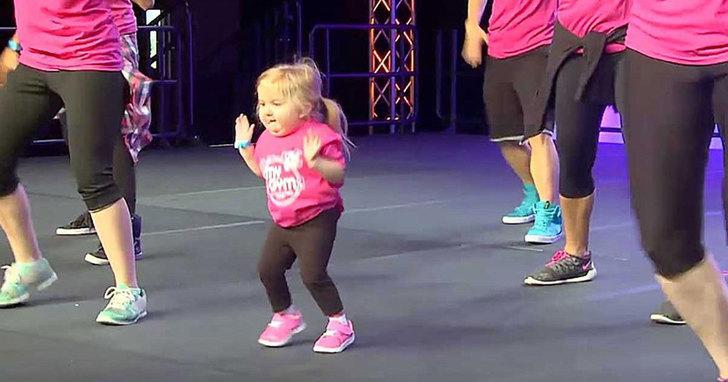 Dieses kleine Mädchen betritt die Bühne und stiehlt dem Rest die Show. Achte besonders auf ihre Füße.