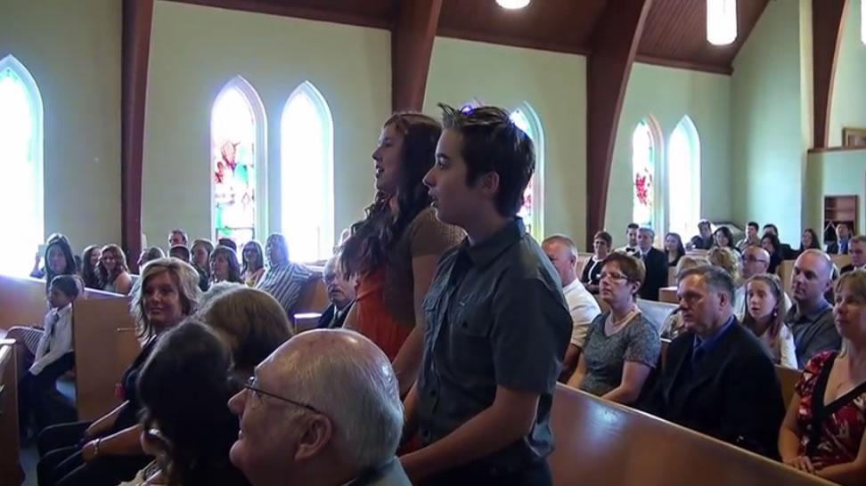 Der Junge steht während der Hochzeitszeremonie auf – und überrascht den Bräutigam enorm!