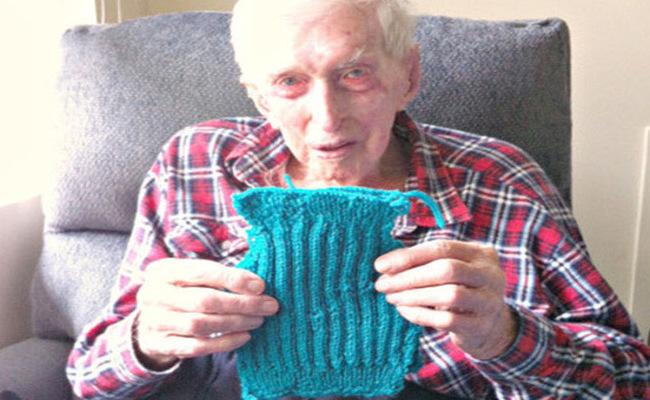 Dieser 109-jährige Mann strickt den ganzen Tag. Warum? Der Grund ging mir ans Herz.