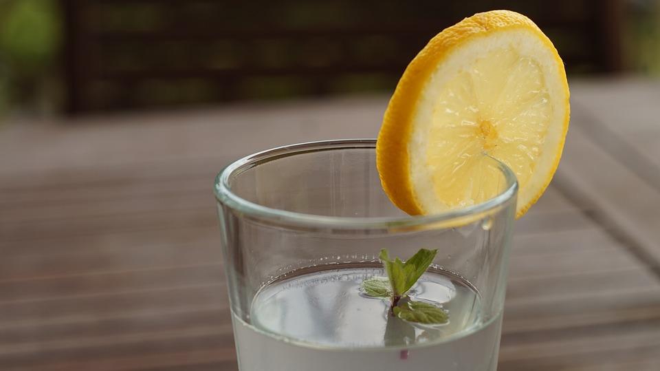 """Pensionierter Apotheken-Chef sagt: """"Die Welt muss wissen, dass alkalisches Wasser Krebs tötet"""""""