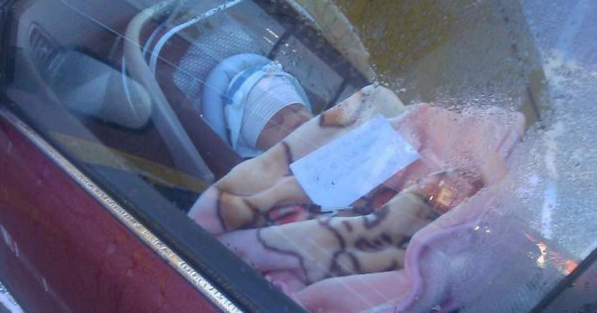 Ein Paar sieht ein neugeborenes Baby alleine im Auto mit einem Brief bei sich – als sie ihn lesen, werden sie wütend!