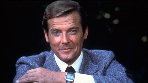 Ein 7 Jähriger traf Roger Moore auf dem Flughafen – 30 Jahre später verrät er, was ihm damals Bond ins Ohr flüsterte.