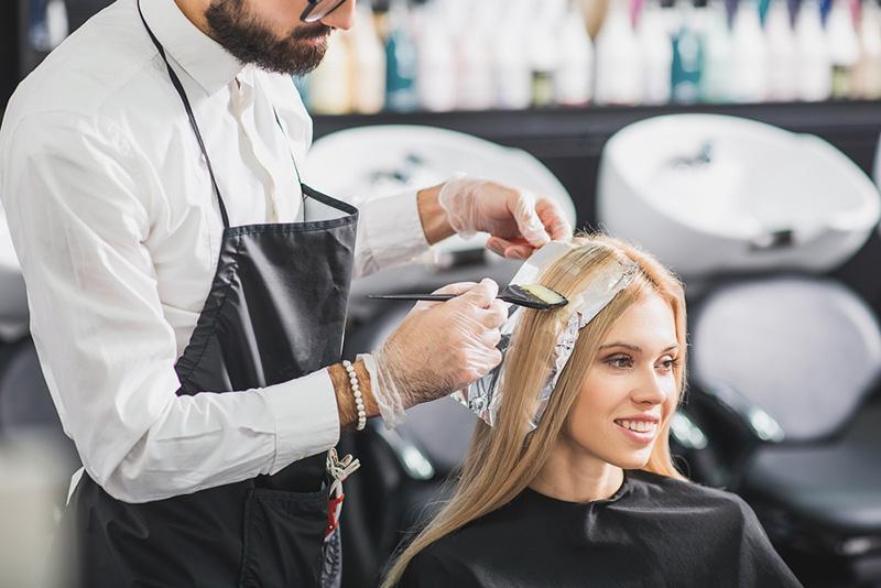 Wenn du deine Haare blond färben möchtest, dann solltest du zuerst diese Tipps beachten.