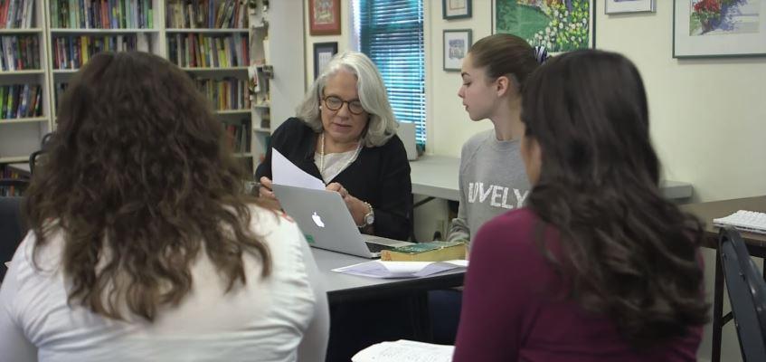 Eine Lehrerin ist dafür berühmt geworden ihre Schüler selbst wählen zu lassen, was sie lernen wollen!
