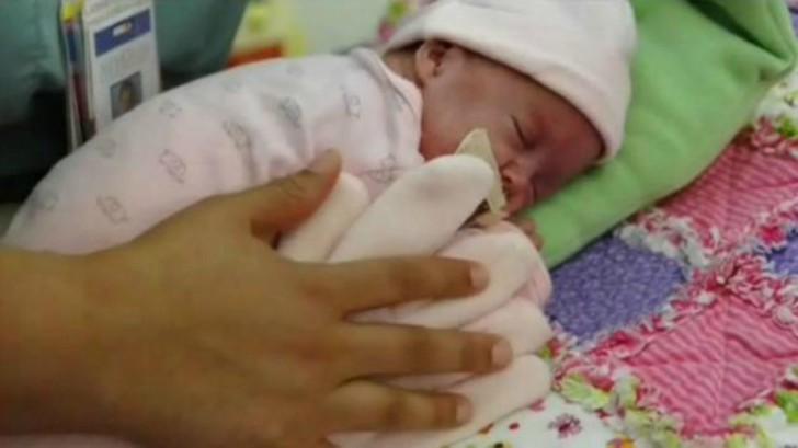 Eine Mutter legt einen Handschuh mit Leinsamen auf ihr Neugeborenes. Am nächsten Tag entdeckt die Hebamme etwas Unglaubliches.
