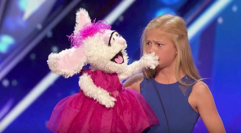 12-Jährige betritt die Bühne zum Singen – doch als der Hase übernimmt, ist das Publikum sprachlos!