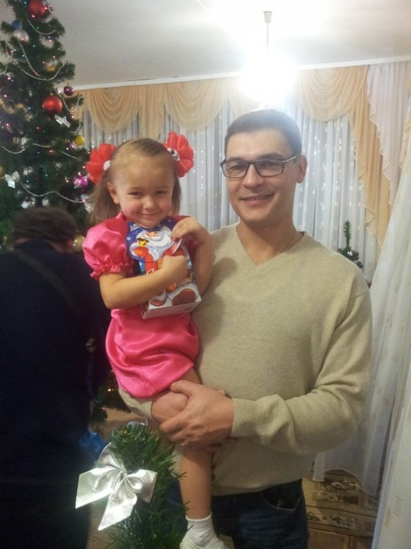 Verzweifelter Vater ignoriert die Ärzte und rettet 3-jähriger Tochter das Leben.