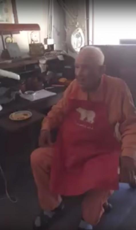 Die ganze Welt weint mit, als der 105-Jährige seinen Urenkel in die Arme nimmt.