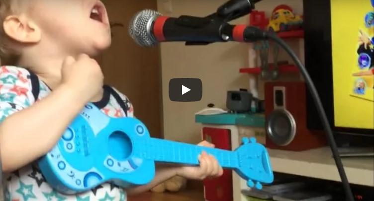 Blondgelockter 2-Jähriger stellt sich vor's Mikro und stiehlt Stiefpapa die Show.