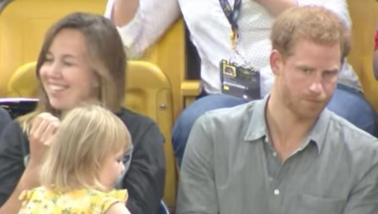 2-Jährige beklaut Prinz Harry und wird dafür im Internet gefeiert.