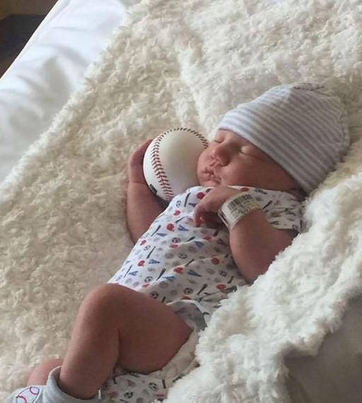 Das Baby teilt nach Kaiserschnitt eine Besonderheit mit Vater und Großvater.
