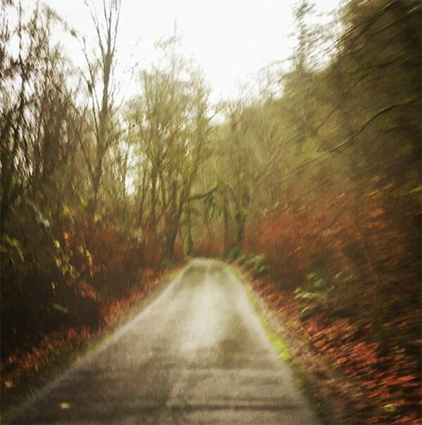 Widerling greift joggende Frau im Wald an – bemerkt sofort seinen Fehler, als sie sich umdreht