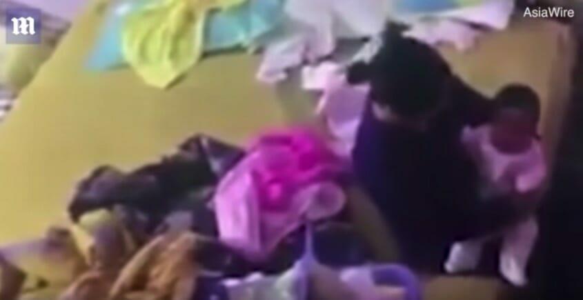 Mutter sieht rote Flecken auf dem Gesicht ihrer Tochter