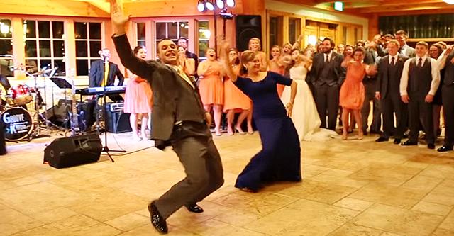 Der Bräutigam lud seine Mutter ein, zusammen zu tanzen. Aufmerksamkeit auf 0: 19 ... So von ihnen wartete niemand auf !!