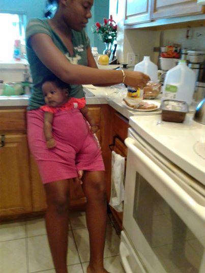 Überfürsorgliche Mutter lässt Kind bei ihrer Babysitterin – Minuten später bekommt sie dieses Foto!