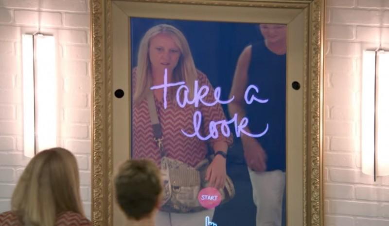 Spezial-Spiegel macht Menschen in Einkaufszentrum glücklich.