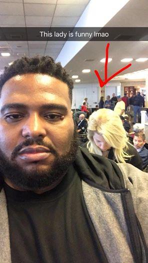 Frau macht rassistischen Kommentar zu farbigem Mann am Flughafen – seine Antwort ist brillant