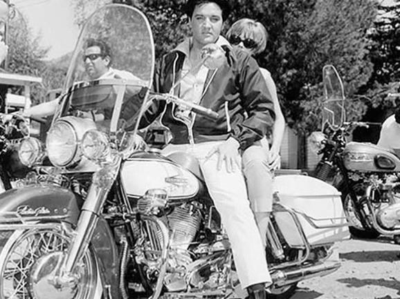 Elvis' Enkel ist mittlerweile erwachsen – und sieht seinem Großvater zum Verwechseln ähnlich