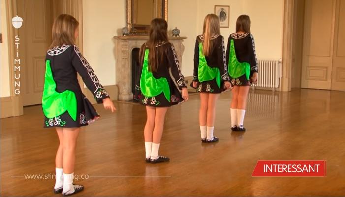 Vier schöne Mädchen standen in einer Reihe. Schauen Sie aufmerksam auf ihre Füße, das ist etwas Besonderes!