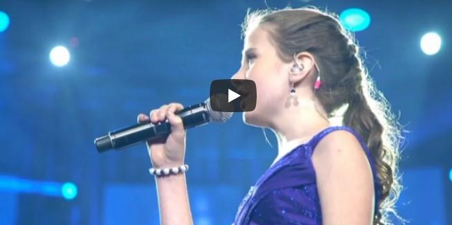 Der Mann fängt an zu singen – aber als die 12-Jährige ihren Mund öffnet, raubt sie die dem Publikum den Atem!