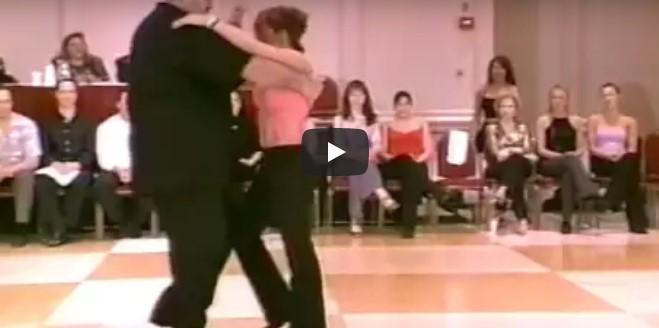 Übergewichtiger Mann fängt an zu tanzen – und begeistert das Publikum mit seiner unglaublichen Choreographie