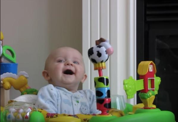 Video: Mama putzt Nase – Baby weiß nicht, wie ihm geschieht!