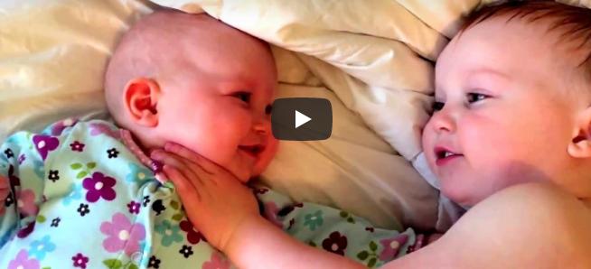 Das kleine Mädchen fängt an zu weinen – schau, als ihr großer Bruder kommt, um sie zu trösten