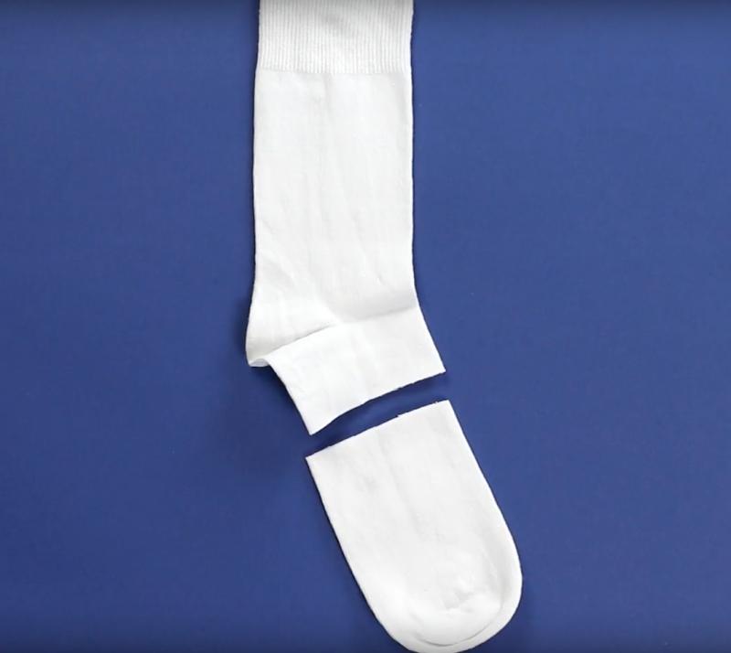 Kreative Geschenkidee: Mini Schneemann aus einer Socke und etwas Stoff zum Selbermachen.