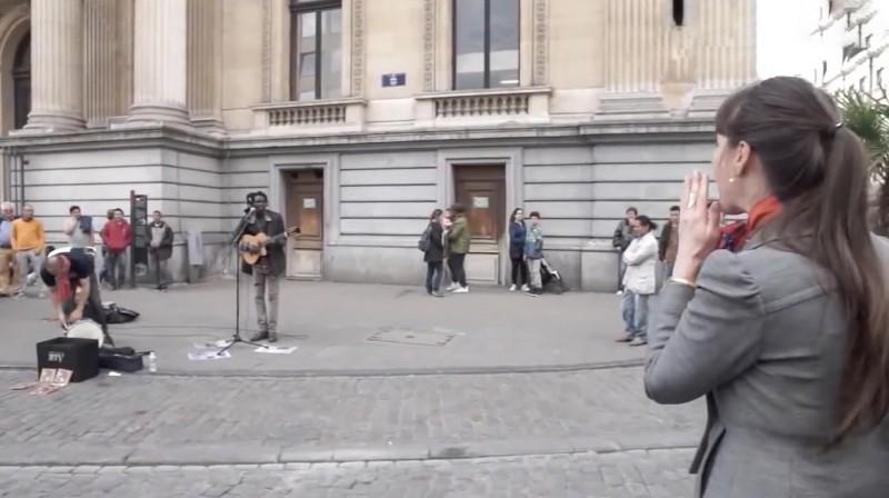 Video: Passantin überrascht Straßenmusiker mit ihrer Stimme.