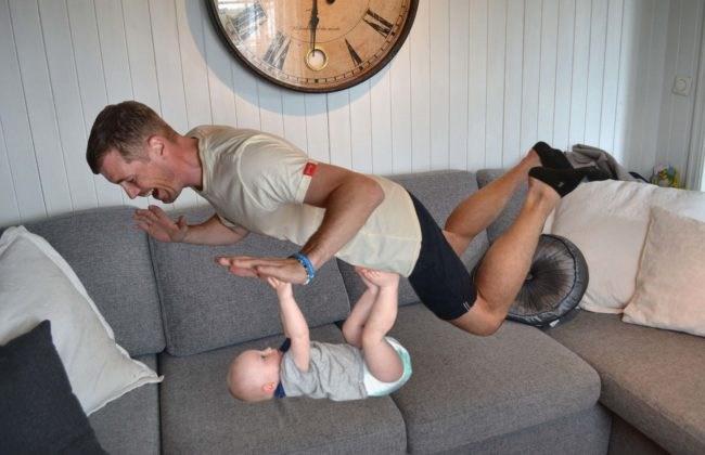 Dieser Mann ist sehr gut mit Photoshop und macht die schönsten Fotoreportagen mit seinem Baby. Nummer 8 ist unbezahlbar!
