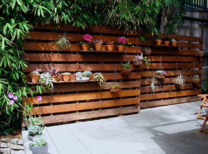 Die schönsten Gartenzäune erstellen Sie ganz einfach mit Holz aus Paletten! Schauen Sie sich hier 10 wunderbare und preiswerte Beispiele an!