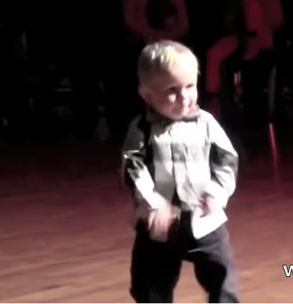 Der 2-jährige Tänzer sammelte 32 Millionen Aufrufe auf YouTube. Einfach nur witziges Baby!