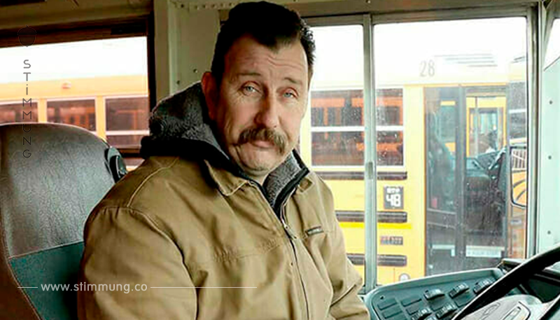 Busfahrer sieht einen weinenden Jungen in seinem Bus – als er herausfindet, was ihn bedrückt, handelt er sofort