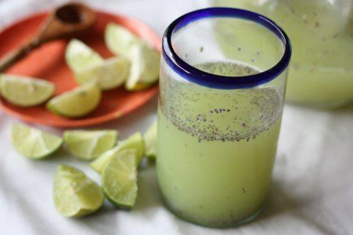 Chiawasser mit Zitrone zum Abnehmen