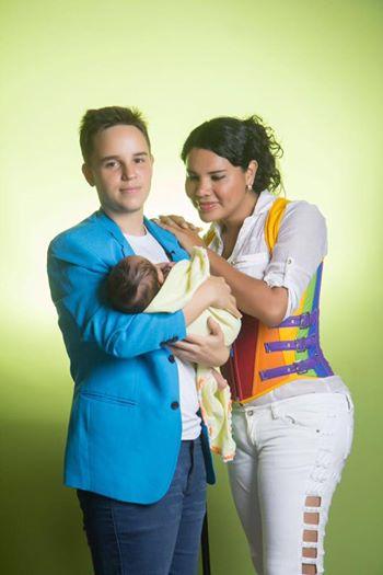 Rollentausch: Mann trägt Kind seiner Frau aus.