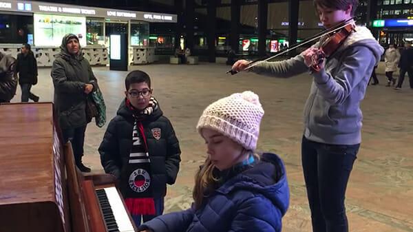 """9-Jährige spielt """"Hallelujah"""" am Bahnhof: Als auch ihre Schwester einstimmt, herrscht Gänsehaut am ganzen Körper"""