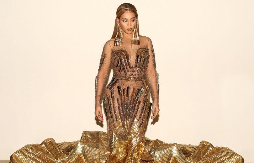 Beyoncé überraschte ihre Fans mit einem schicken goldenen Kleid!