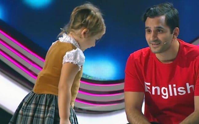4-Jährige spricht sieben Sprachen - nun hör ihr zu, wenn sie sich zu dem Mann in Rot umdreht!